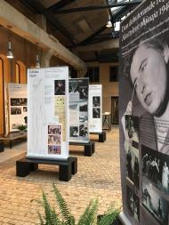 Viva Vivica! – Vivica Bandler 100 vuotta -näyttely on visuaalisesti rikas ja hieno, informatiivinen seikkailu Vivican elämään ja uraan.